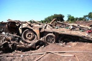 泥に飲み込まれ完全に破壊された車両が事故の大きさを物語る。(Embaixada de Israel)