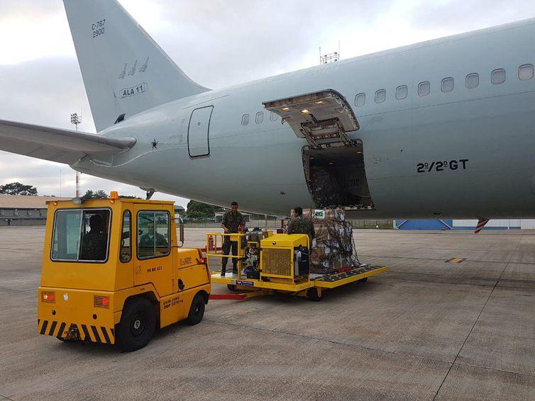 ブラジリアで空軍機に載せられるベネズエラに向けた支援物資(TV NBR)