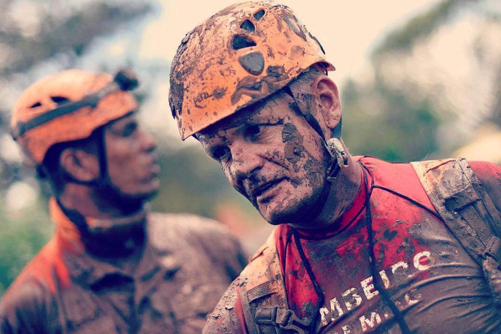 州政府が「触ってはいけない」と呼びかける泥に、全身まみれて救助活動を行う消防隊(Bombeiros/MG)