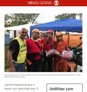 洗いあがった服を手にした消防士とサントス氏(1月31日付G1サイトの記事の一部)
