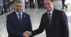 歓迎式典直後のボウソナロ大統領(右)とベネテス大統領(Antonio Cruz/ Agência Brasil)