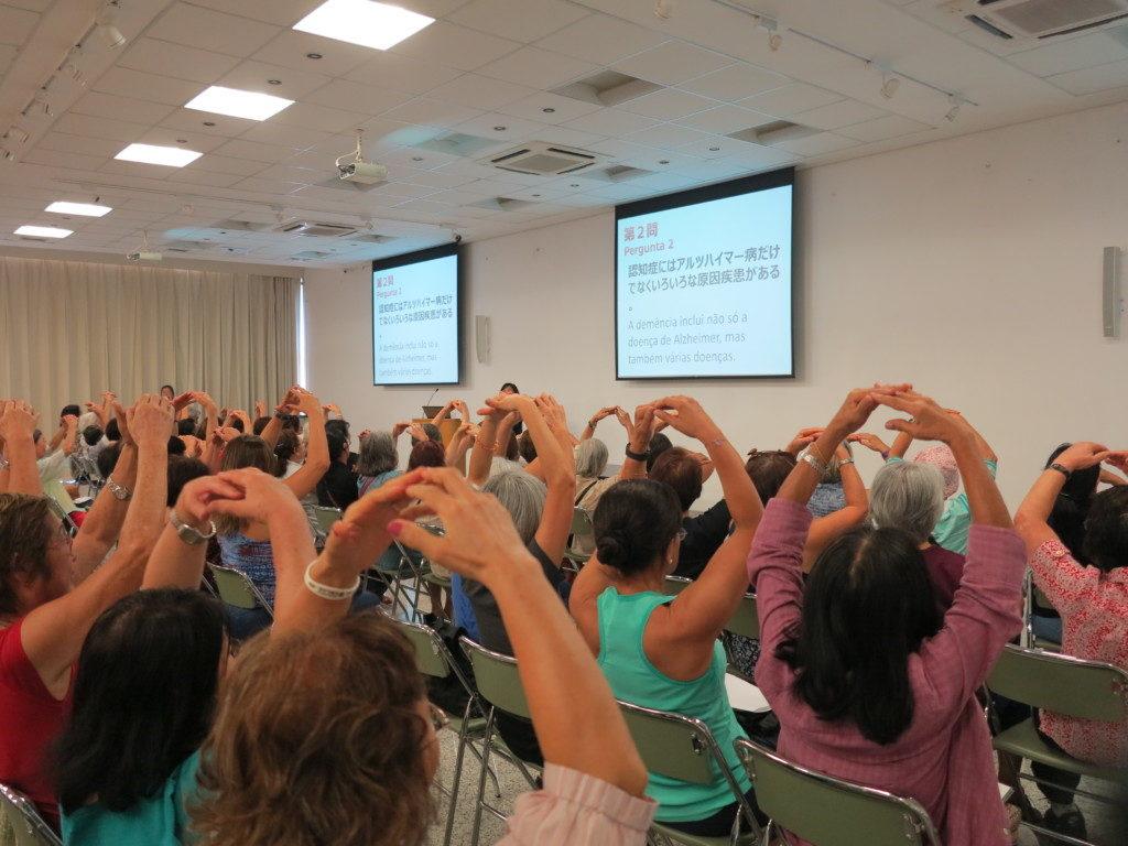 講座の最後に行われた認知症○×クイズで「認知症にはアルツハイマー病だけでなく色々な原因疾患がある」の問いに対して○と答える参加者