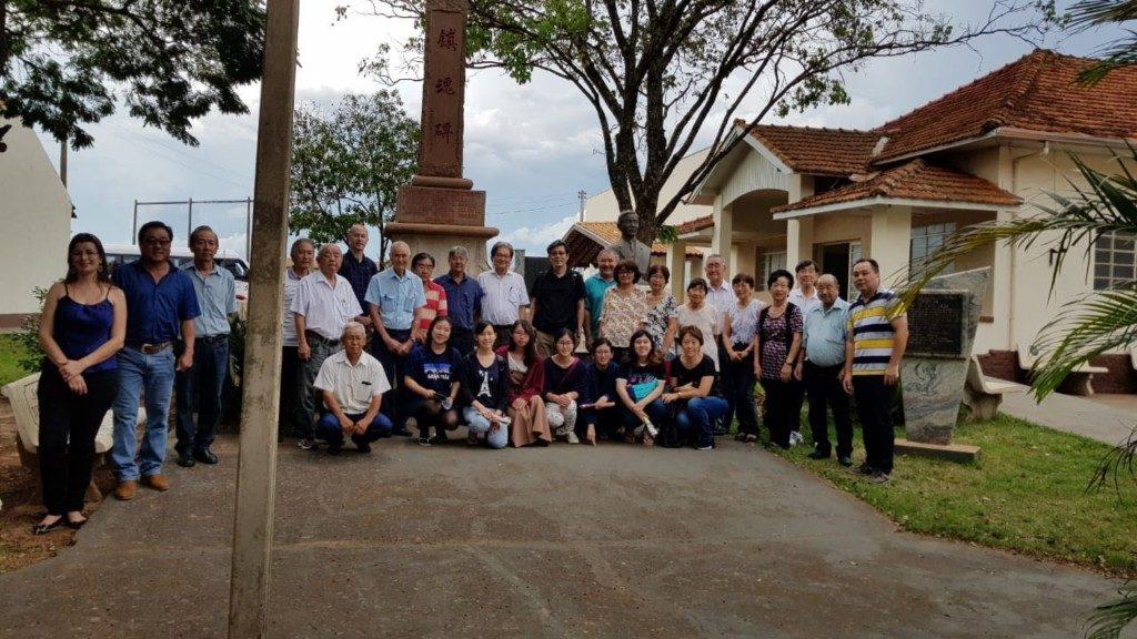 平野植民地の村民らとの記念写真