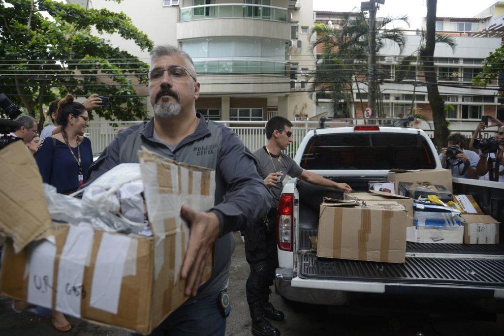 12日、押収作業を行う警察官ら(Tânia Rêgo/Agência Brasil)