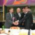 2017年10月29日に聖州議会で開催された『和歌山県人ブラジル移住100周年記念式典』の様子。(左から)ケーキカットで慶事を祝した仁坂知事、谷口会長、野口総領事、尾崎議長