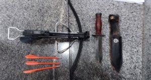 押収された大型ナイフとボウガンと3本の矢(連邦直轄区軍警提供)