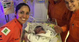 母子病院に収容されたマリア・フロールちゃんと彼女を保護した救急隊員ら(Corpo de Bombeiros/Divulgação)