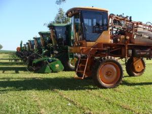 「4―I農場」にずらりと並んだ収穫用のトラクター(2010年撮影)