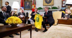 ボウソナロ、トランプ両大統領の会見、左端はエドゥアルド氏(Isac Nóbrega/PR)