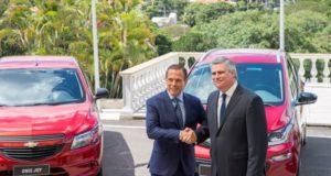 サンパウロ州のドリア知事(左)と握手を交わすGMのカルロス社長(Governo do Estado de São Paulo)