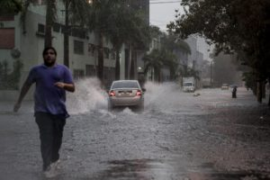 道路の冠水も多くで見られた。(参考画像・Marcelo Camargo/Ag. Brasil)