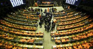 500を超える下院本会議場の議席はオレンジの消防隊員の制服で埋まった(Marcelo Camargo / Ag.Brasil)