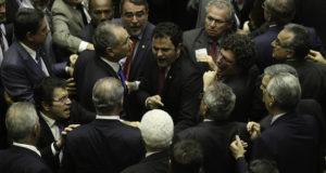 激しく議論する連邦議員たち(参考画像・Fabio Rodrigues Pozzebom/Agência Brasil)