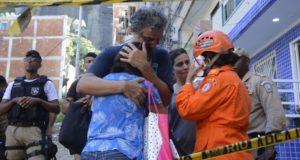 親族に関する新たな情報に泣き崩れる女性と慰める男性(Tânia Rêgo/Agência Brasil)