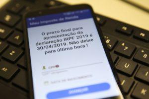 期限を知らせると共に、駆け込み申告を避けるように勧める警告文(Marcello Casal Jr./Agência Brasil)