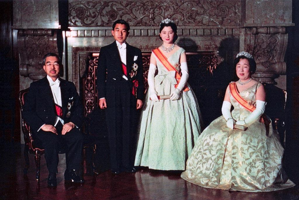 朝見の儀を終えた皇太子夫妻、昭和天皇・香淳皇后(サンデー毎日 追悼臨時増刊「皇太后さま」より、宮内庁、Public domain)
