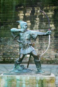 イギリスのノッテンガム城近くにあるロビン・フッド碑(From Wikimedia Commons)