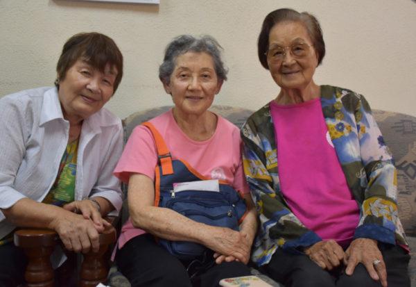 熟年クラブの樫原暉子さん、藤永ローザさん、中村テルさん