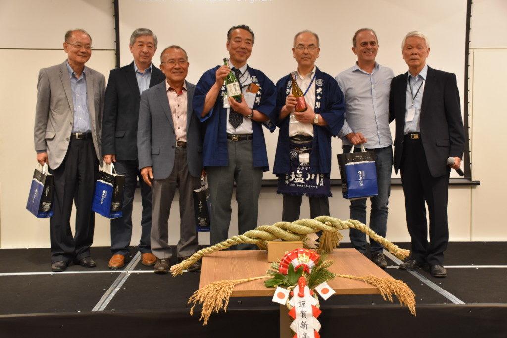 佐藤社長(中央左)と武藤さん(中央右)を囲んで集合写真