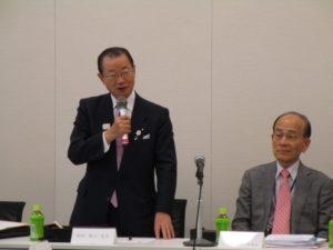 法案成立を進める日本語教育推進議員連盟の河村建夫会長と日下野理事長(提供写真)