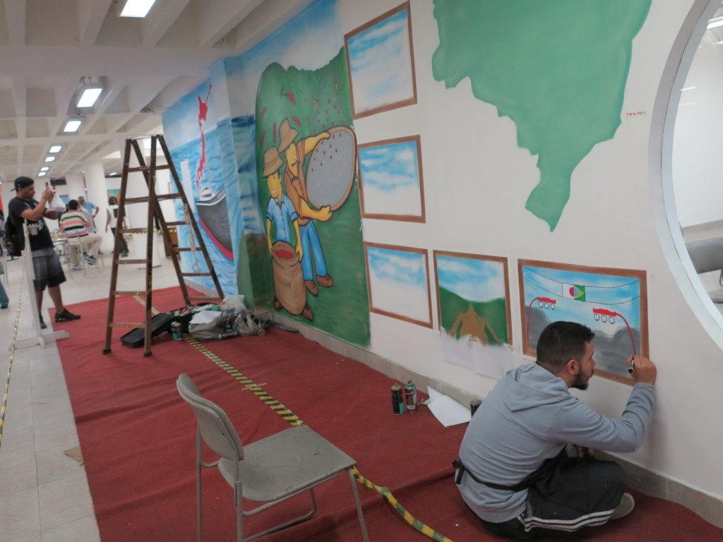 地下文化スペース壁面に黙々と笠戸丸などの壁画を描くアーチスト