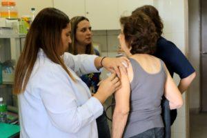 予防接種を受ける人達(Wilson Dias/Agência Brasil)