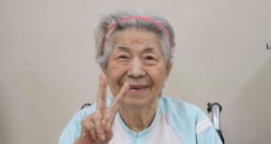 笑顔でリハビリ中の高齢女性(muon-ashさん撮影、「写真AC」サイトより)