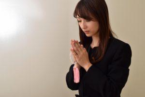 亡き友の冥福を祈る女性