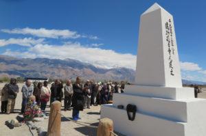 慰霊碑の背面には「満砂那日本人建立」の文字が刻まれている