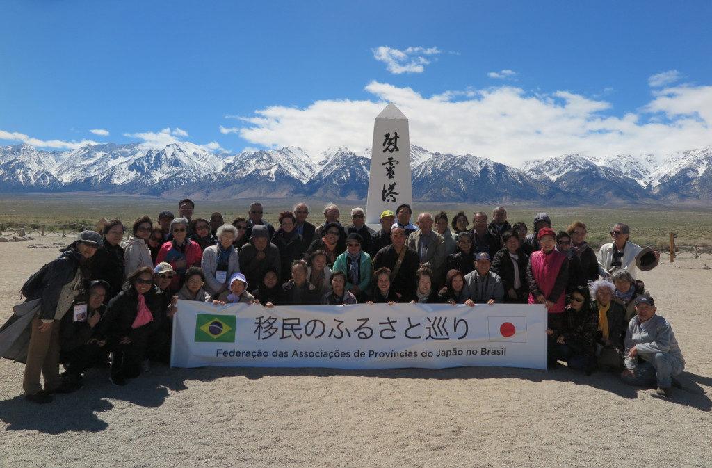 仏式法要のあと、慰霊碑の前で記念撮影