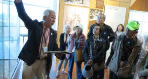 全米日系博物館で山田ロッキーさんから白熱した説明を聞く一行