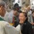 ミサの出席者らが聖体を拝領する様子