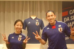 応援に来た遠藤さん(右)と婚約者の曽根さん