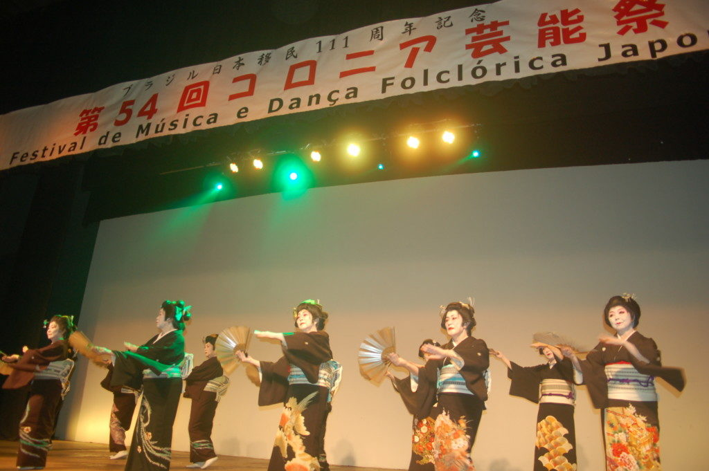 舞踊を披露する出演者ら