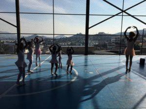 スラムのコートで練習する子供達とナシメントさん(Divulgação/Na Ponta dos Pés)