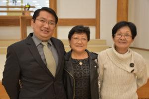 ツヤコ・アキバさん(中央)と息子と友人