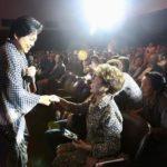 舞台から下りてファンと握手する三山ひろし(望月二郎提供)