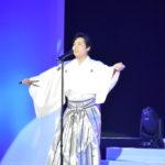 白い袴に衣装を変えて「男の一生」を披露