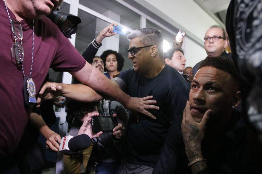 事情聴取に応じるために市警に赴いたネイマール(Fernando Frazão/Agência Brasil)