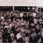 本部竣工記念式典で講堂に集まった信者ら