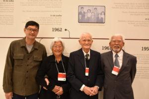 昔撮影した家族写真の下で、馬場貞夫さん(中央右)とその家族