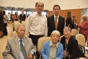 小山美鳥さん(右)とその家族