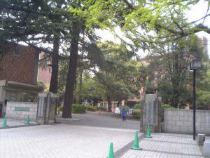 東京農大の世田谷キャンパス正門(Hykw-a4 at ja.wikipedia)