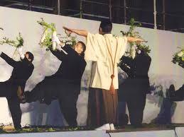 両手に大根をもって「青山ほとり」を歌う東京農業大学全学応援団(山口元久撮影、From Wikimedia Commons)