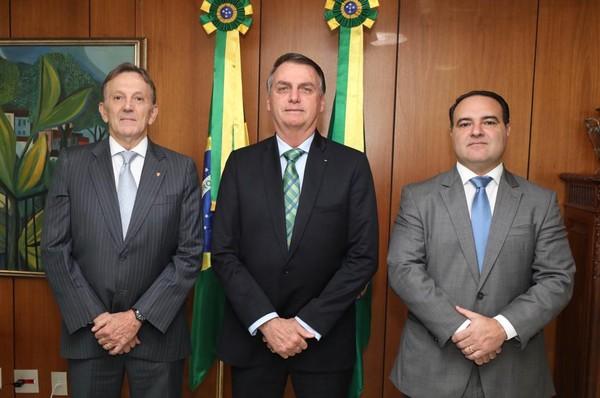 (左から)郵便局総裁に指名されたペイショット氏とボルソナロ大統領、総務室長官に指名されたオリヴェイラ氏(Assessoria da Presidência)