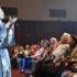 観客と一緒に「赤とんぼ」を歌う