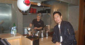 倉智さん(手前)と料理長の恩田快生さん(奥)