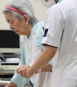 リハビリ中の高齢女性(muon-ashさんによる写真ACからの写真)