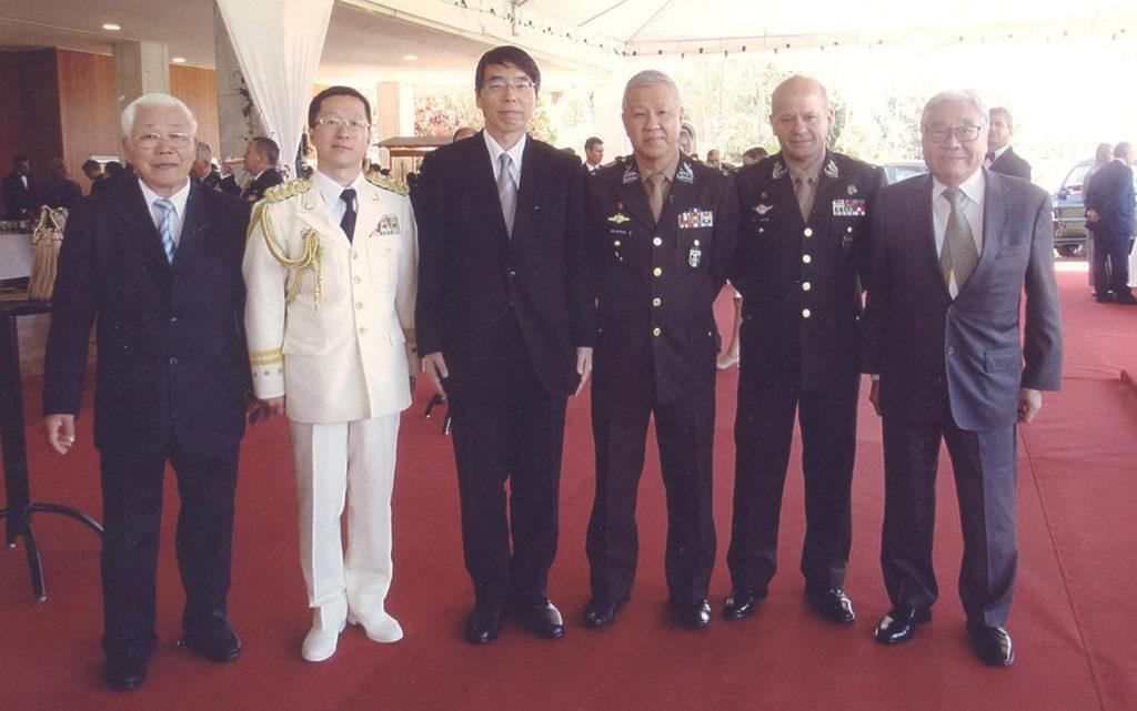 左から2人目が溝田繁久一等陸佐、山田彰大使、松田中将、マルチンス中将、平崎さん