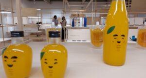 展示会場の様子。手前は21年度入選作品「えがおのみかん」(Aldo Shiguti)
